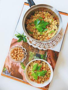 Chickpea salad. Pois chiche aux légumes et boulghour. #Poischiche. Ingrédients (pour 4 personnes):      300 g pois chiche,     2 oignons émincés,     3 carottes coupées en dés,     2 tiges de céleri coupées en dés,     2 gousses d'ail écrasées,     1 c.à s. de persil haché,     1 c. à c. de cumin,     2 c. à s. de huile d'olive,     200 g boulghour,     2 cubes végétaux,     1/2 l d'eau chaude.