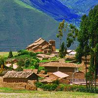 Poblado de Maras (Urubamba) Cusco Fue un poblado importante durante el virreinato, lo demuestran la iglesia y las casonas que aún conservan los escudos de nobleza indígena en sus fachadas. Horas: Durante el día. ubicación: A 48 Km al noroeste de la ciudad del Cusco (1 hora en auto)