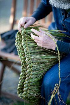Tim Johnson - Basketmaking - Rush a Grass košíkářství ihrisko, bolesť Skogen, Nórsko 2012 Flax Weaving, Willow Weaving, Basket Weaving, Earth Craft, Diy And Crafts, Arts And Crafts, Making Baskets, British Traditions, Bedroom Crafts