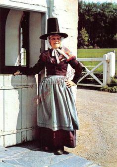 Wales Postcard Lady in Welsh National Dress Costume 042 Traditional Welsh Dress, Traditional Dresses, Folk Costume, Costume Dress, Gb Uk, Welsh Lady, European Costumes, Cymru, North Wales