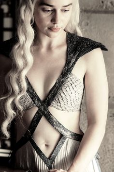 mine still game of thrones got emilia clarke daenerys targaryen her outfit gotedit mine:still gotdaenerystargaryen iheartgot fav still yay more stills of my fav dress<br> Emilia Clarke Daenerys Targaryen, Daenerys Targaryen Kleid, Game Of Throne Daenerys, Danaerys Targaryen Costume, Amilia Clarke, Emilia Clarke Sexy, Game Of Thrones Outfits, Game Of Thrones Dress