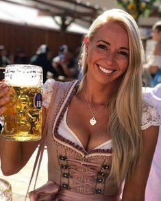 Oktoberfest Outfit, Oktoberfest Beer, German Oktoberfest, German Women, German Girls, St Pauli Girl, Octoberfest Girls, Dirndl Outfit, German Beer Festival