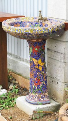 What a great idea . take a scrapped pedestal sink and mosaic it! Wash off garden tools, hands, etc outdoors And a bird bath! Mosaic Crafts, Mosaic Projects, Mosaic Art, Mosaic Glass, Mosaic Tiles, Stained Glass, Garden Crafts, Garden Projects, Garden Tools