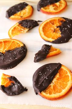 holiday treats For a fancy-schmancy holiday treat that looks too pretty to eat, go for these Chocolate Dipped Candied Orange Slices! Growing up, my dad had two Christmas treats that wer Candied Orange Slices, Dried Orange Slices, Candied Fruit, Dessert Oreo, Dessert Recipes, Desserts, Holiday Treats, Christmas Treats, Sweet Light