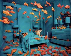 What would you do if you woke up and your whole bedroom has become an aquarium? And what would you think if, while you're watching a movie with your partner, you suddenly found yourself surrounded by squirrels? Decades before Photoshop was available, American photographer and installation artist Sandy Skoglund started creating surreal images by building [...]
