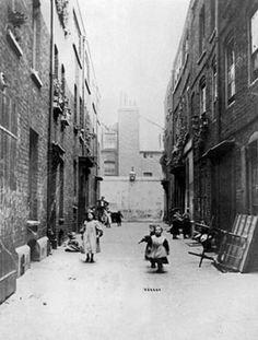 British Paintings: Urban squalor in Victorian London Victorian History, Victorian Street, Victorian Life, Victorian London, Vintage London, Old London, East London, Victorian Buildings, Victorian Photos