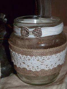 Frasco reciclado como portavelas, decorado con arpillera, cinta y puntilla