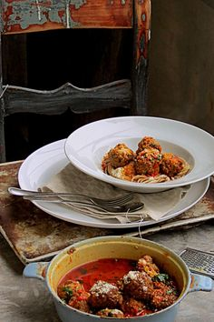 Lihapullia, pastaa ja kastiketta paahdetuista paprikoista.