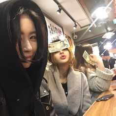 i am booored Korean Girl, Asian Girl, Korean Image, Korean Friends, Uzzlang Girl, Ulzzang Couple, Bff Pictures, Two Girls, Best Friend Goals