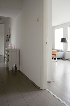 Vaessen selected a light gray for the walls and a warm gray for the floors, a color palette designed to maximize a sense of light.