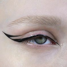 Two-Toned Blue Eyeshadow MakeUp Tutorial Fancy Makeup, Edgy Makeup, Creative Makeup Looks, Glossy Makeup, Eye Makeup Art, Cute Makeup, Pretty Makeup, Makeup Inspo, Makeup Inspiration