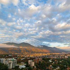 Feliz viernes! Fotografía de Caracas cortesía de @ramzisouki  #LaCuadrau #GaleriaLCU #Caracas #ElAvila #Venezuela #FelizViernes