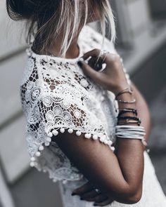 Biała koronka na lato. W okresie letnim niezwykle duża popularnością cieszyć się będą bluzki czy też sukienki z białą koronką. Przede wszystkim są to niezwykle seksowne, stylowe i kobiece elementy garderoby, w jakich zaprezentować się możesz na różne okazje. Do tego także taka sukienka czy bluzka gwarantuje więcej przewiewu i komfortu w upalne dni. Warto wybrać dla siebie co najmniej po jednej sztuce. $kobieta #moda #styl ##bluzka ##koronkowa