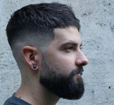 modele de barbe mi longue avec cotés en dégradé avec coupe courte homme mode