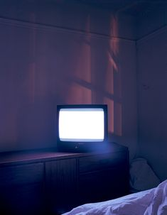 The tv is like a lover // Tryred62 [flickr].