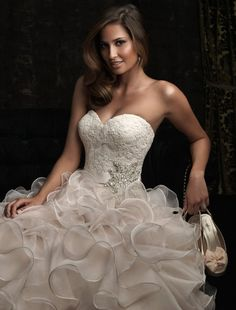 Rochie de mireasa stil printesa cu volane.
