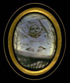 Doodsportret van een jong kind, liggend in een wieg/bedje