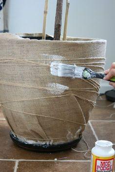 give any plastic pot a refresh using mod podge and burlap Plastic flower pots, Diy flower pots, Plas Burlap Projects, Burlap Crafts, Diy Projects, Diy Crafts, Crafts Cheap, Plastic Plant Pots, Plastic Flower Pots, Hanging Flower Pots, Plastic Plastic
