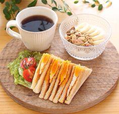卵のサンドイッチ、バナナヨーグルト、コーヒー