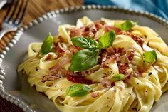 Masz ochotę wypróbować przepis na makaron tagliatelle z suszonymi pomidorami, szynką szwarcwaldzką i serem mascarpone? Zajrzyj do Kuchni Lidla!