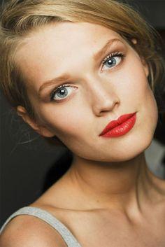 quelle couleur de cheveux choisir pour les yeux bleus, blondeur délicate, yeux bleus, lèvres pulpeuses rouges, teint frais