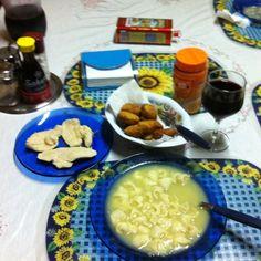 Sopa de capeletti (Agnholine), complementos e o óbvio vinho tinto de colônia: O gringo Luis pira! :)  (foto by @Luis Tamiosso (luccks))