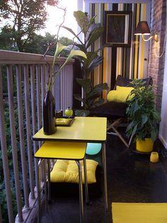 Malgré sa taille, ce balcon étroit est charmant grâce à son côté design vintage et sa couleur jaune vive.