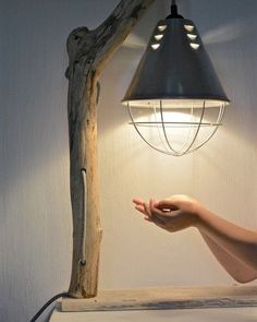 Лампа в индустриальном стиле из мореного дерева