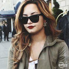 Demi Lovato com os óculos de sol Ray-Ban wayfarer #demilovato #rayban #wayfarer #sunglasses #oculosdesol