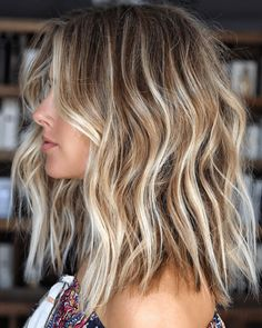 Amazing Balayage with Blonde Highlights to Wear in 2019 - Frisuren, Make-up und mehr - Haare Medium Hair Styles, Long Hair Styles, Blonde Hair Styles Medium Length, Medium Length Waves, One Length Hair, Medium Short Hair, Medium Long, Beach Wave Hair, Beach Hair Color