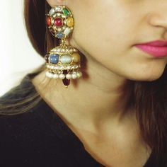 Life is too short to wear boring jewellery. These vibrant and colourful navratan are what we are talking about. Don't you that they're absolutely stunning? Antique Jewellery Designs, Antique Jewelry, Gold Jewelry, Jewelry Design Earrings, Gold Earrings Designs, Jewelry Stand, Bridal Jewelry Vintage, Wedding Jewelry, Bridal Jewellery