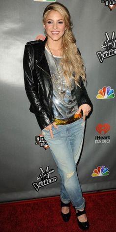 SHAKIRA    Para asistir a una fiesta de The Voice (NBC) en West Hollywood, Shakira apostó por un atuendo cómodo pero my moderno, combinando unos jeans holgados con tacones en charol negro, un top de brillo y chaqueta de cuero.