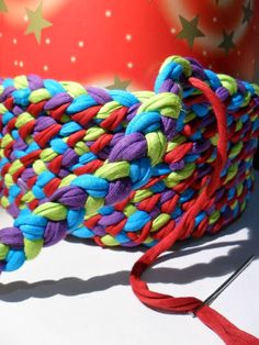 TUTORIAL: Cesta de trapillo | Fabricando Arte T Shirt Yarn, T Shirt Diy, Crochet Gifts, Crochet Yarn, Cotton Cord, Macrame Art, Lana, Crochet Projects, Weaving