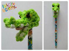 Rainbow Loom crocodile pencil topper Loombicious Rainbow Loom Tutorials, Rainbow Loom Patterns, Rainbow Loom Creations, Rainbow Loom Bands, Rainbow Loom Charms, Rainbow Loom Bracelets, Rubber Band Crafts, Rubber Bands, Rainbow Loom Animals