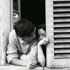 592 отметок «Нравится», 14 комментариев — Romy Schneider (@_romy_schneider_) в Instagram: «Adorable et très touchante photo de Romy et Alain Delon, chez eux à Tancrou en 1959. Alain avait…»