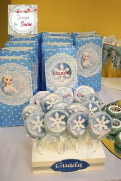 Blue party bags with paper doily embellishments. Frozen Party Favors, Boy Party Favors, Frozen Themed Birthday Party, Disney Frozen Birthday, 6th Birthday Parties, Party Favor Bags, Birthday Ideas, Babyshower, Anna Und Elsa