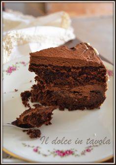 Per iniziare il mese di Dicembre voglio lasciarvi la ricetta della Mud Cake , una torta golosissima , adeguata al mese delle grandi scorpacciate e dei pomeriggi freddi , anche se quà il freddo sembra proprio che non voglia arrivare ( a me non dispiace ). La Mud Cake è una favolosa torta di cioccolato di origine anglosassone, ideale anche come base per le torte in pasta di zucchero , in quanto compatta riesce a sopportare il peso di torte a più piani. Ideale da mangiare con i propri…