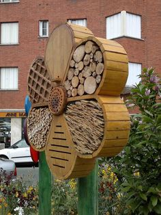 Breuillet Nature: Hôtels à insectes (Album) Bee House, Natural Garden, Permaculture, Garden Bugs, Garden Art, Garden Ideas, Bird Houses, Bug Hotel, Mason Bees