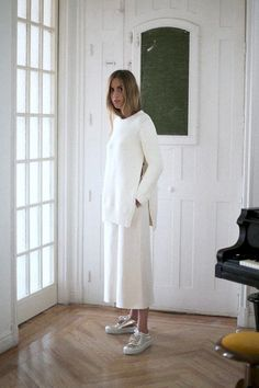This minimal white-on-white look is perfect for fall. The Sartorialist, Minimal Fashion, White Fashion, Metallic Sneakers, Vogue Spain, White Outfits, White Culottes Outfit, All White, Mode Inspiration