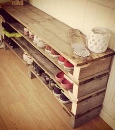 Meuble Chaussure Palette : DIY shoe shelves thinking it could be a bench too. DIY shoe shelves thinking it could be a Shoe Shelf Diy, Diy Shoe Rack, Shoe Shelves, Pallet Shelves, Storage For Shoes, Shoe Racks, Wood Shelf, Pallet Projects, Home Decor