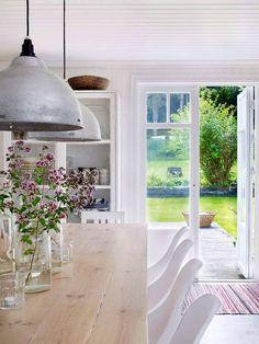 Från köket kommer man ut i trädgården genom en dubbel altandörr som ritats av Allarängen Snickeri.
