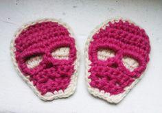 skull-broche-crochet cute for Halloween Crochet Skull, Crochet Diy, Crochet Amigurumi, Learn To Crochet, Crochet Pour Halloween, Halloween Skull, Hobbies And Crafts, Diy And Crafts, Patron Crochet