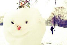 GUTE ZEITEN - Nicht alle Schneemänner bekommen ein Gesicht von ihren Schöpfern spendiert und schauen den Kindern fröhlich beim Schlittenfahren zu. Aufgenommen mit einem iPhone 4S und der App EyeEm.