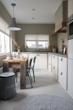 mooie keuken maar dan met luikringen en zonder groene muren. mooi die kolommen tussen de keukenkasten.