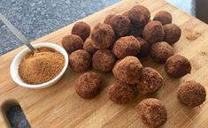 Healthy Date Ball Recipe - Not only are these date balls so quick & easy to make but they taste sensational with a great energy boost. Banting Diet, Banting Recipes, Low Carb Recipes, Dog Food Recipes, Diet Recipes, Healthy Recipes, Date Balls, Raw Cacao, Balls Recipe