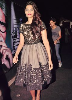 Sonam Kapoor   Gorgeous dress!!