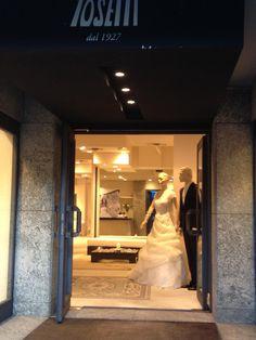 Ecco spalancata la porta del nostro Atelier..pronta ad accogliervi per emoziorci con voi!! Cosa aspettate? 031272396 www.tosettisposa.it #abitidasposa2015 #wedding #weddingdress #tosetti #abitidasposo #abitidacerimonia #abiti #tosettisposa #nozze #bride #modasottoleate lle #alessandrotosetti #domoadami #nicole #pronovias #alessandrarinaudo# realtime #l'abitodeisogni #simonemarulli #aireinbarcellona #rosaclara'#airebarcellona # زواج #брак #فساتين زفاف #Свадебное платье #حفل زفاف في إيطاليا