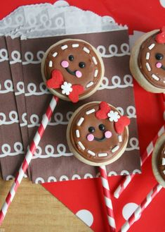 44 Christmas Sugar Cookies That Will Make Your Holidays Merry and Bright Only children (and grown-ups) that have been very good all year get these adorable gingerbread man cookie pops! Get the recipe at Munchkin Munchies. Christmas Sugar Cookie Recipe, Christmas Cookie Exchange, Christmas Sweets, Noel Christmas, Sugar Cookies Recipe, Simple Christmas, Homemade Cookies, Cute Christmas Cookies, Christmas Cupcakes Decoration