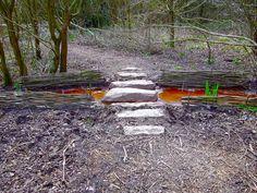 Gué en pierres de Schistes, tressage en Saule roux cendré et plantation d'Iris des Marais. Parc de la ville de Saint-Jacques-de-la-Lande