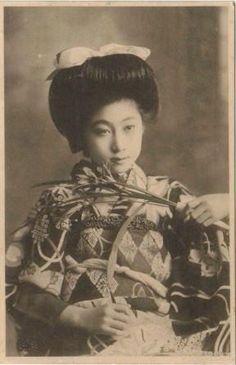 """明治美人絵はがきでは、有名な""""照葉""""という女性、明治末から 大正にかけて最も多くの美人絵葉書に,登場しました、その若 き艶姿、晩年は京都祇王寺で、智照尼となりました"""